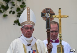 Pope Francis (L) leads a service in Iquique, Chile, on January 18, 2018.