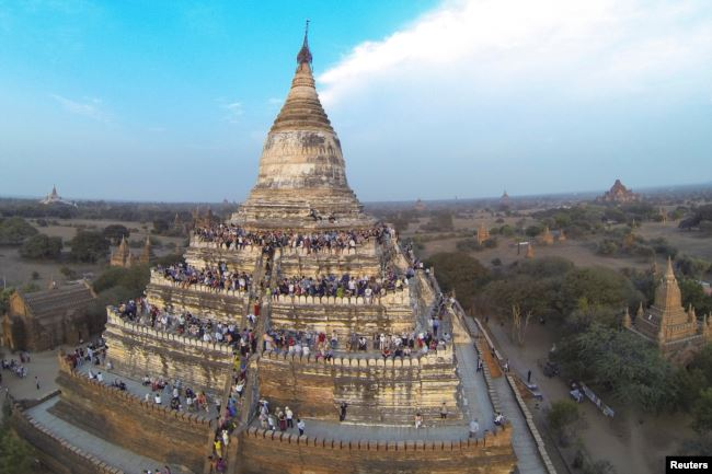 People wait to see the sunset from the top of Shwesandaw Pagoda in the ancient city of Bagan February 13, 2015. REUTERS/Soe Zeya Tun